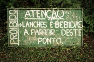 sign saying food and drinks are prohibited in portuguese